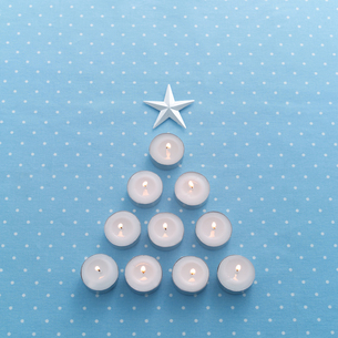 ツリー型に並べたキャンドルの写真素材 [FYI01951042]
