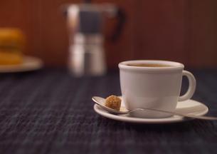 白いカップのエスプレッソの写真素材 [FYI01951066]
