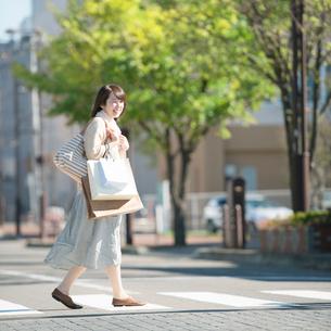 買い物をする女性の写真素材 [FYI01951076]