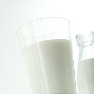 グラスに入れた牛乳の写真素材 [FYI01951079]
