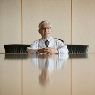 会議室で微笑む医者の写真素材 [FYI01951085]