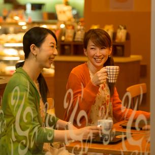 カフェでコーヒーを飲む女性の写真素材 [FYI01951088]