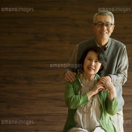 寄り添うシニア夫婦の写真素材 [FYI01951093]