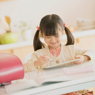 タブレットPCで勉強をする女の子の写真素材 [FYI01951094]
