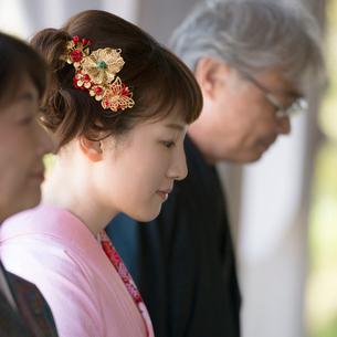 神社でお参りをする家族の写真素材 [FYI01951146]