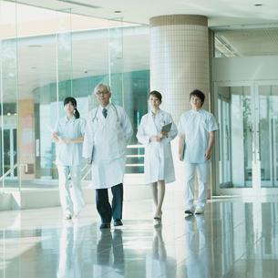 病院のロビーを歩く医者と看護師の写真素材 [FYI01951161]