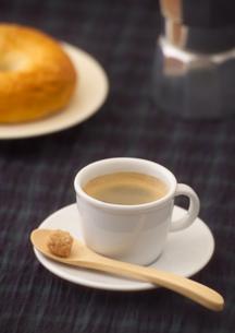 白いカップのエスプレッソの写真素材 [FYI01951217]