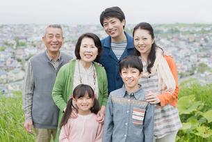 街並みと3世代家族の写真素材 [FYI01951235]