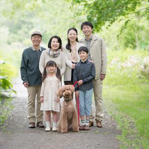 微笑む3世代家族と犬の写真素材 [FYI01951261]