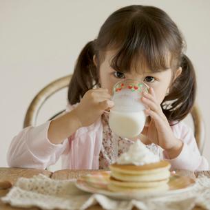 牛乳を飲む女の子の写真素材 [FYI01951275]