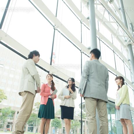 オフィスで談笑をするビジネスウーマンとビジネスマンの写真素材 [FYI01951277]