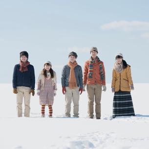 雪原で微笑む若者たちの写真素材 [FYI01951299]