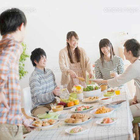 ホームパーティーをする若者たちの写真素材 [FYI01951308]