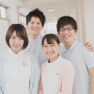 廊下で微笑む看護学生の写真素材 [FYI01951329]