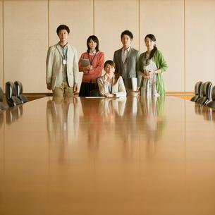 会議室で真剣な表情をするビジネスマンとビジネスウーマンの写真素材 [FYI01951333]