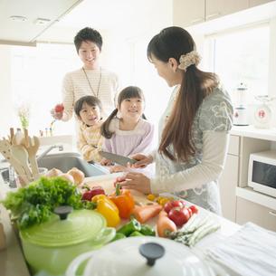 キッチンで料理をする家族の写真素材 [FYI01951347]