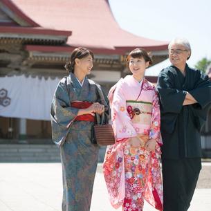 神社の境内を歩く家族の写真素材 [FYI01951363]