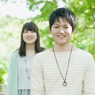 微笑むカップルの写真素材 [FYI01951375]