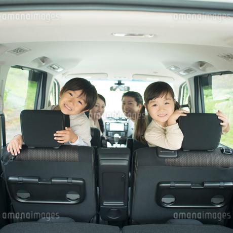 車の中で微笑む家族の写真素材 [FYI01951418]