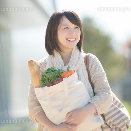 買い物をする女性の写真素材 [FYI01951440]