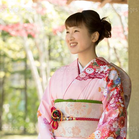 微笑む着物姿の女性の写真素材 [FYI01951458]