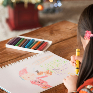 サンタさんへ手紙を書く女の子の写真素材 [FYI01951461]