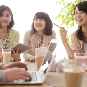 カフェで談笑をする大学生の写真素材 [FYI01951474]
