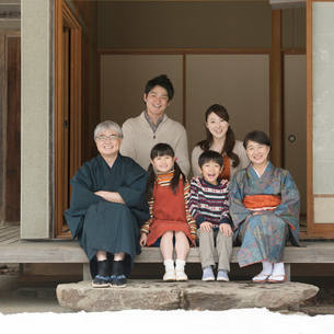 縁側で微笑む3世代家族の写真素材 [FYI01951480]