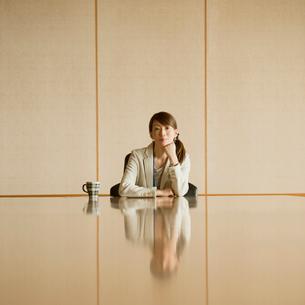 会議室で頬杖をつくビジネスウーマンの写真素材 [FYI01951482]