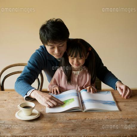 本を読む父親と娘の写真素材 [FYI01951498]