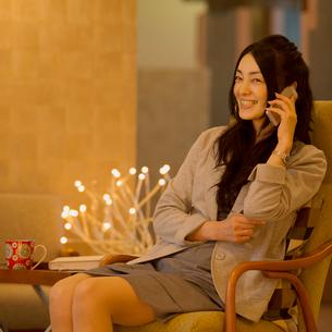スマートフォンで電話をする女性の写真素材 [FYI01951500]