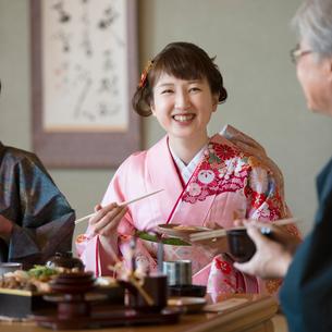 おせち料理を食べる家族の写真素材 [FYI01951510]