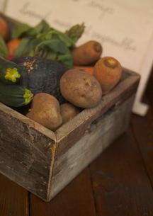メニューと採れたて有機野菜の写真素材 [FYI01951521]