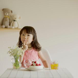 ケーキのつまみ食いをする女の子の写真素材 [FYI01951541]