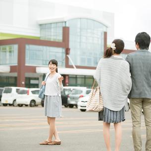 ショッピングセンターの駐車場を歩く親子の写真素材 [FYI01951551]