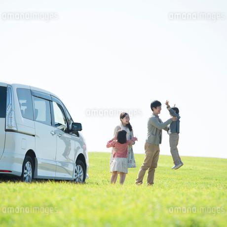 草原で遊ぶ家族の写真素材 [FYI01951554]
