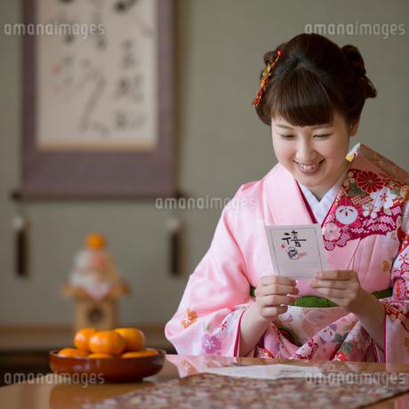 年賀状を見る女性の写真素材 [FYI01951568]