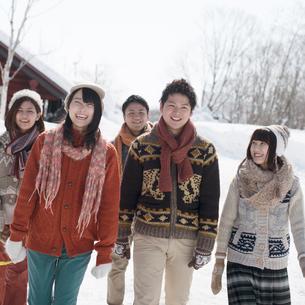 雪道を歩く若者たちの写真素材 [FYI01951584]