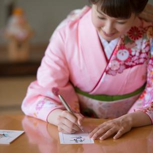 年賀状を書く女性の写真素材 [FYI01951679]