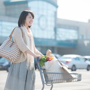 買い物をする女性の写真素材 [FYI01951691]