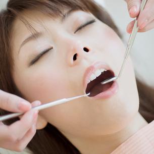 歯医者で検診を受ける女性の写真素材 [FYI01951738]