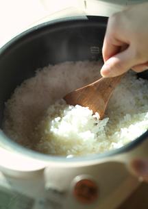 炊飯器の中の炊きたてごはんの写真素材 [FYI01951746]