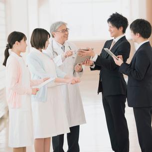 MRと話をする医者と看護師の写真素材 [FYI01951769]