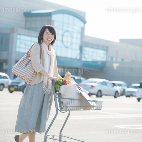 買い物をする女性の写真素材 [FYI01951777]