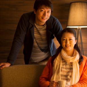 微笑むミドル夫婦の写真素材 [FYI01951804]