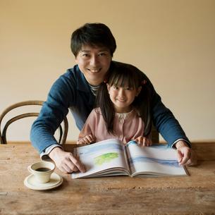 本を読む父親と娘の写真素材 [FYI01951814]