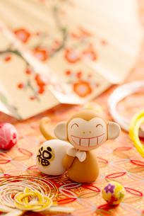 福袋を持つ猿と扇子 干支のクラフトの写真素材 [FYI01951821]