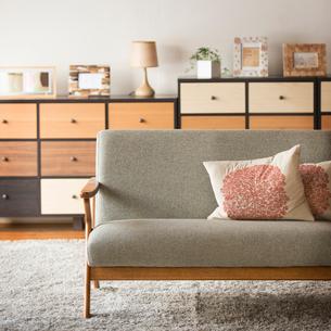 リビングにあるソファーの写真素材 [FYI01951830]