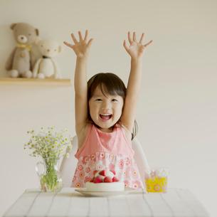 テーブルの上のケーキと微笑む女の子の写真素材 [FYI01951850]