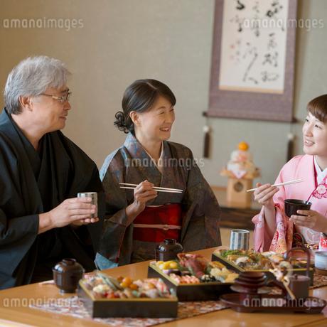 おせち料理を食べる家族の写真素材 [FYI01951858]